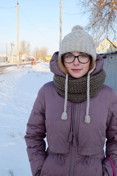 chica rusa con ropa de invierno y bufanda encima de abrigo
