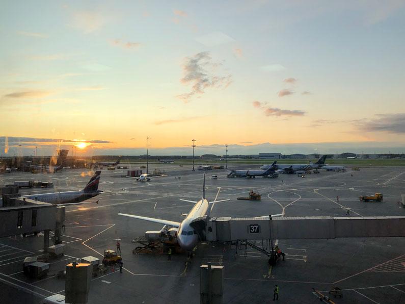 atardecer pista de aterrizaje aeropuerto sheremetyevo moscu