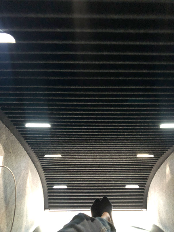 vista de pies en el interior de un hotel capsula