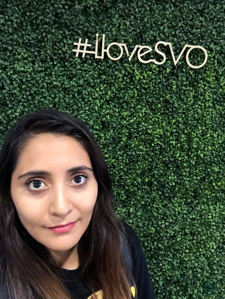 mujer en pared verde del aeropuerto sheremetyevo en moscu con hashtah loveSVO