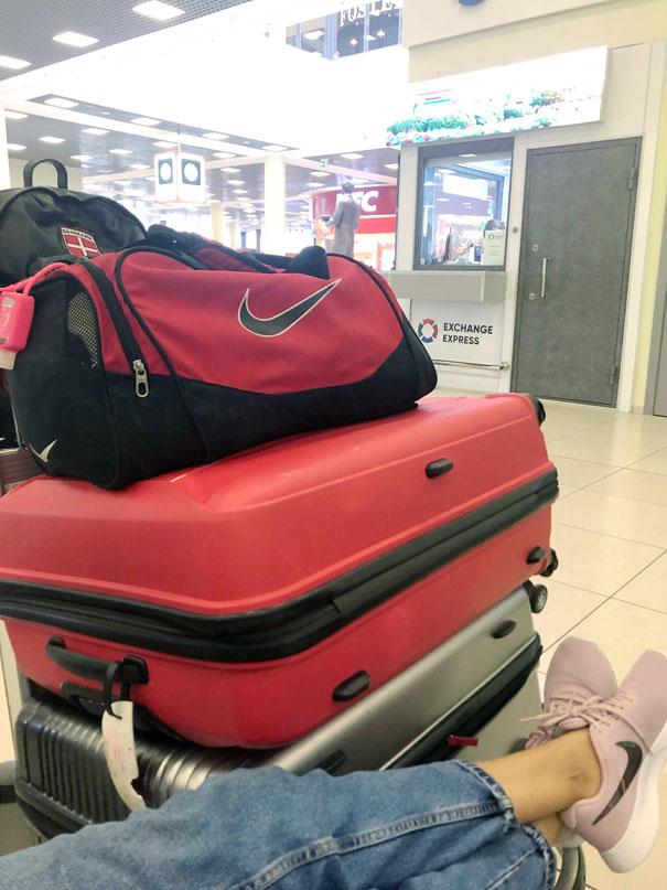 esperando con maletas en el aeropuerto sheremetyevo en moscu