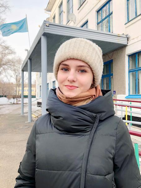 chica rusa con ropa de invierno y bufanda debajo del abrigo