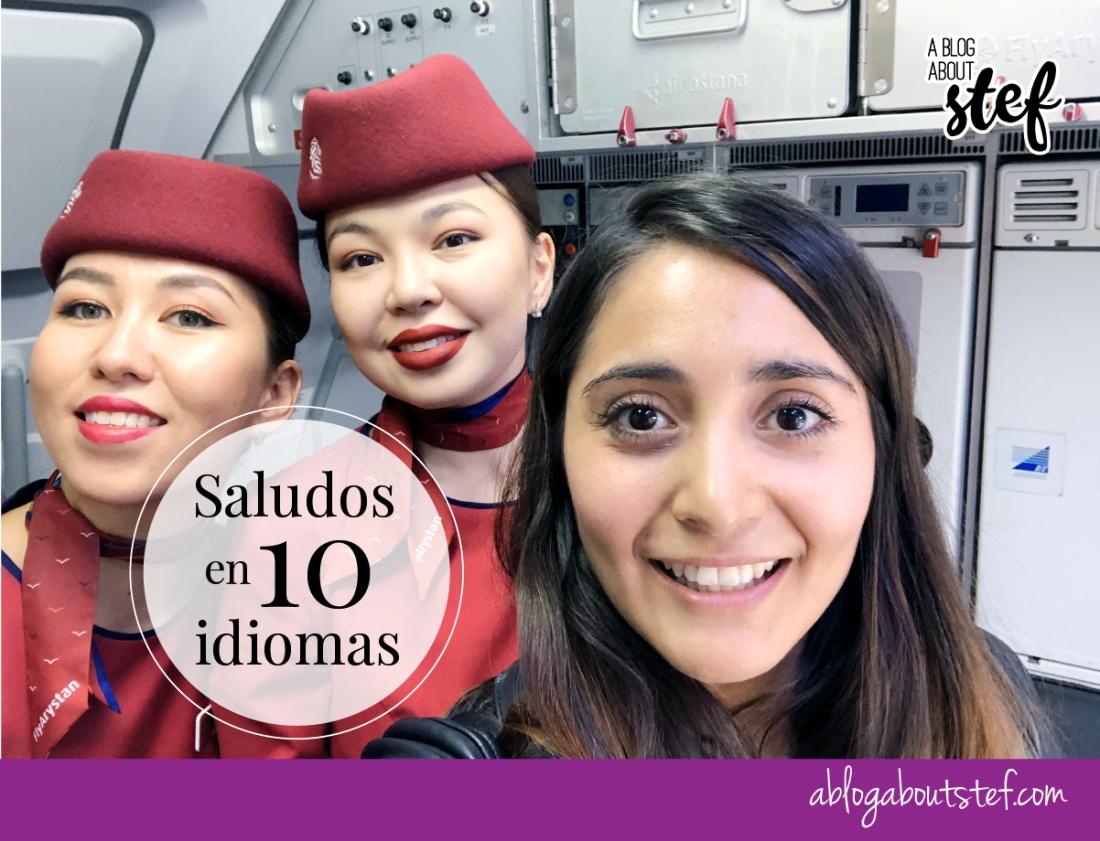 viajera con aeromozas asiáticas dentro de un avión